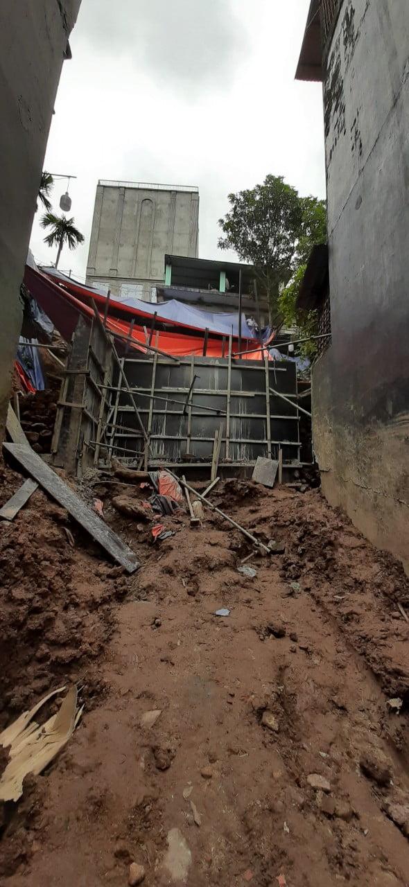 Hiện trạng đang xây kè bê tông phía sau nhà, trước khi khoan cọc nhồi