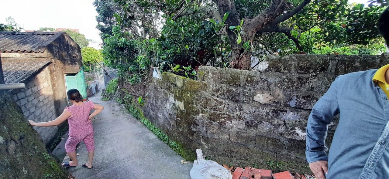 Ảnh mặt bằng khu đất, góc nhìn từ phía cạnh cao của ngôi nhà.
