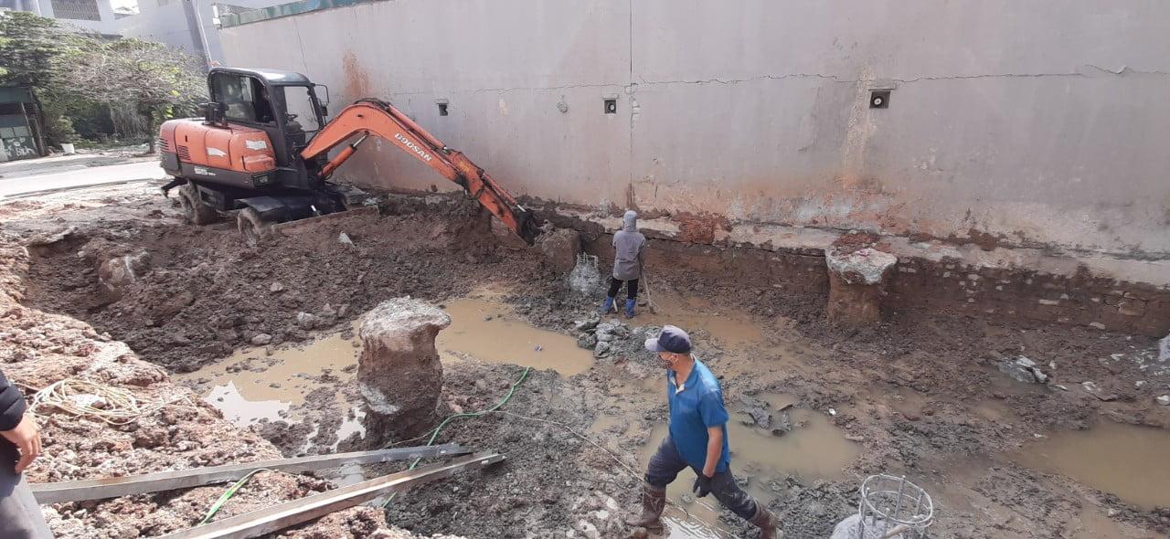 Máy xúc đang tiến hành đào móng sau khi đổ cọc khoan nhồi tại Quảng Ninh