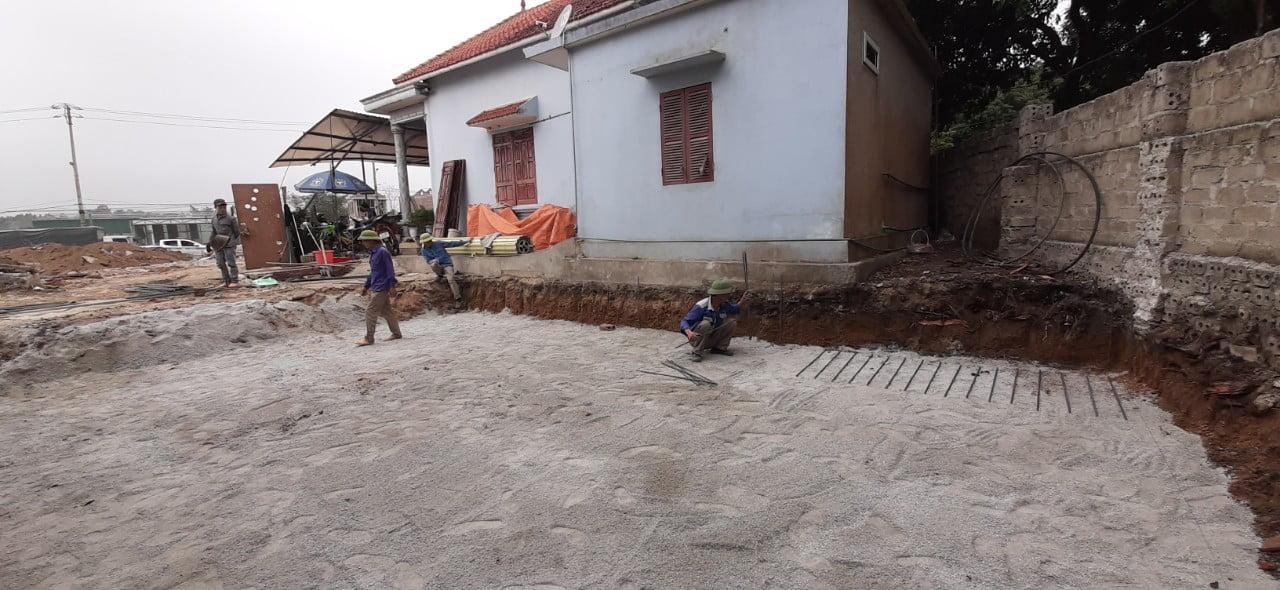 Quá trình rải thép móng lớp dưới nhà tại phường Đại Yên, thành phố Hạ Long