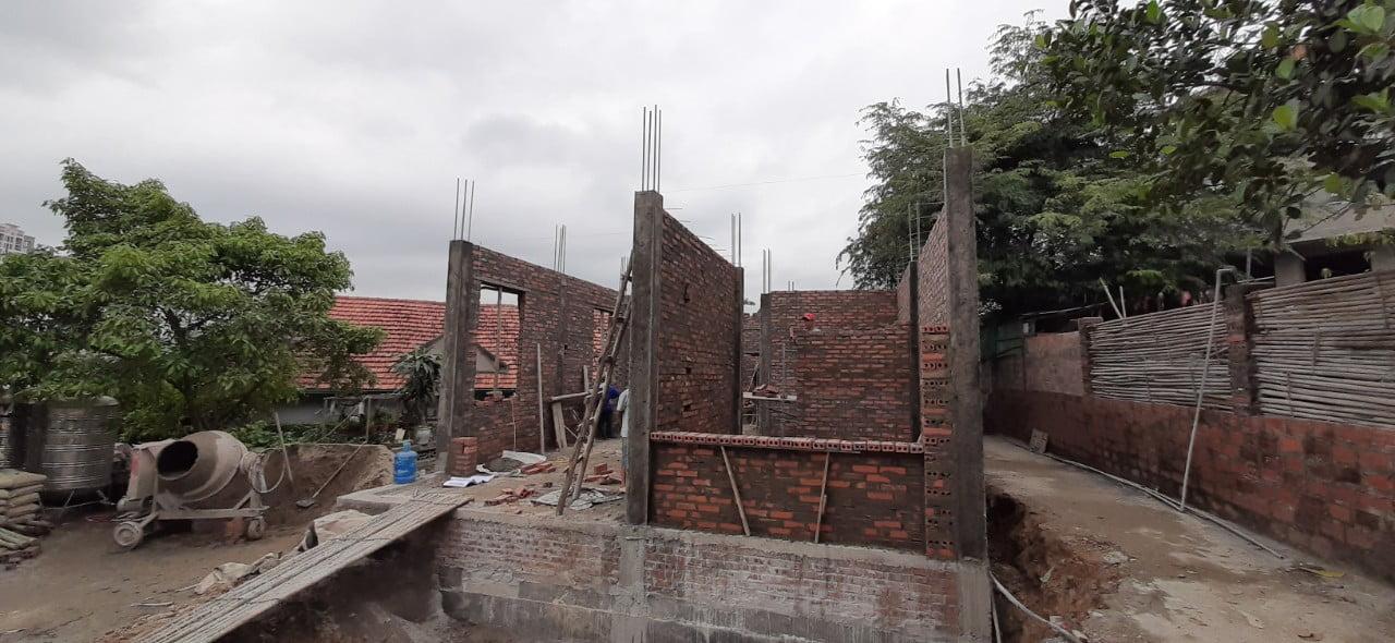 Hình ảnh phần tường xây tầng 1 khi nhìn từ phía trước nhà