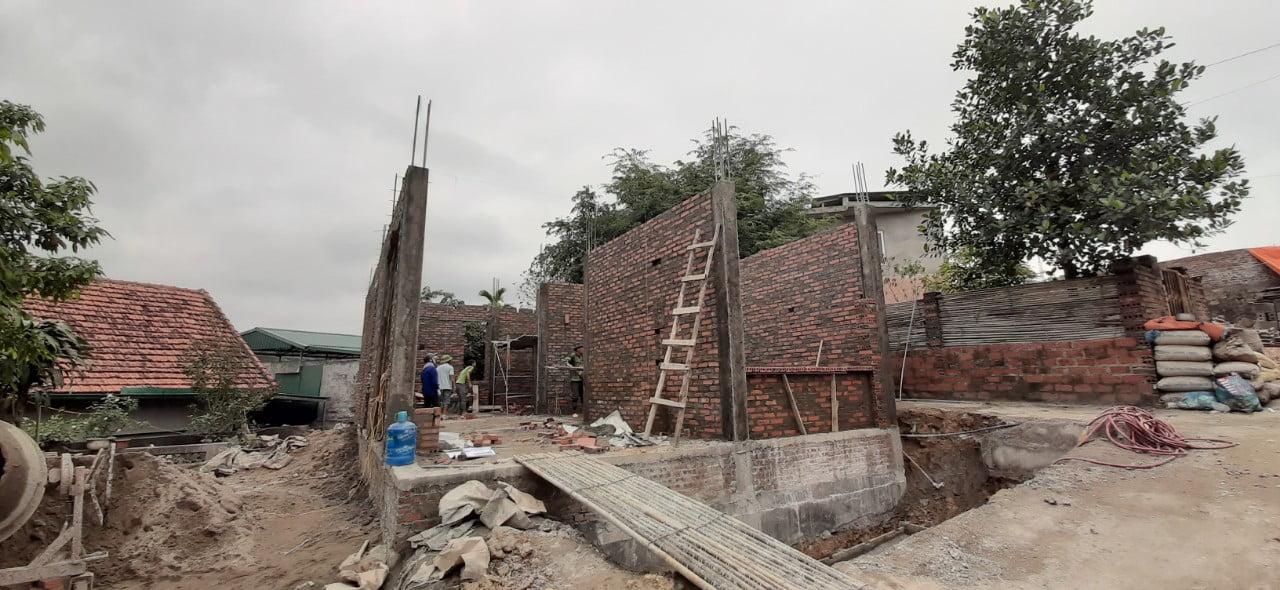 Phần móng ngôi nhà được xây bằng móng băng, kết hợp gạch đặc xây móng và lớp giằng chống thấm