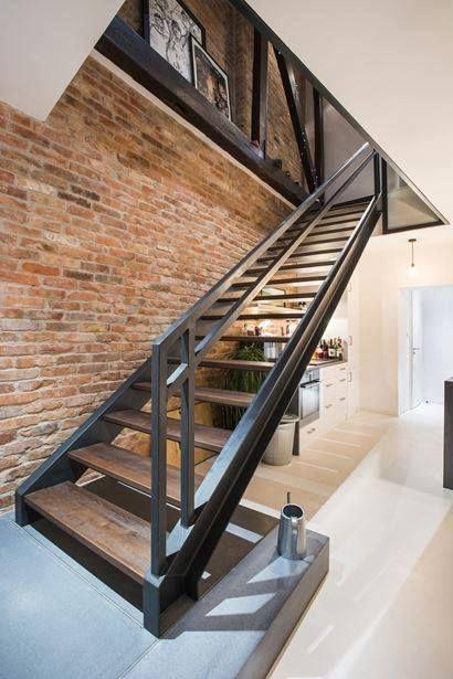 Mẫu cầu thang mặt bậc gỗ, tay vịn thép, kết hợp mảng tường không trát