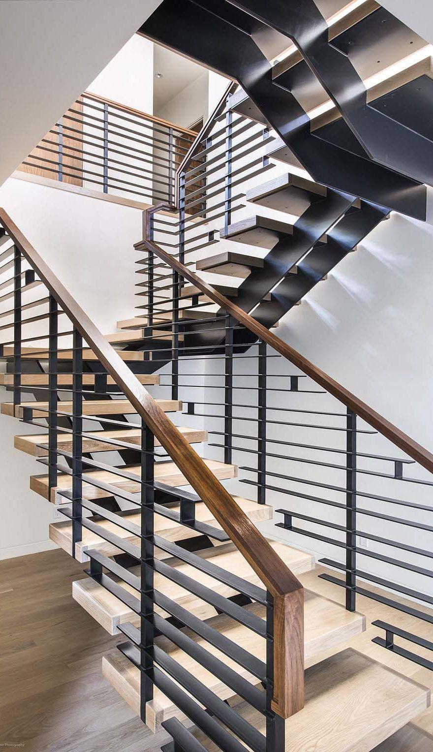 Cầu thang mặt gỗ, lan can thép