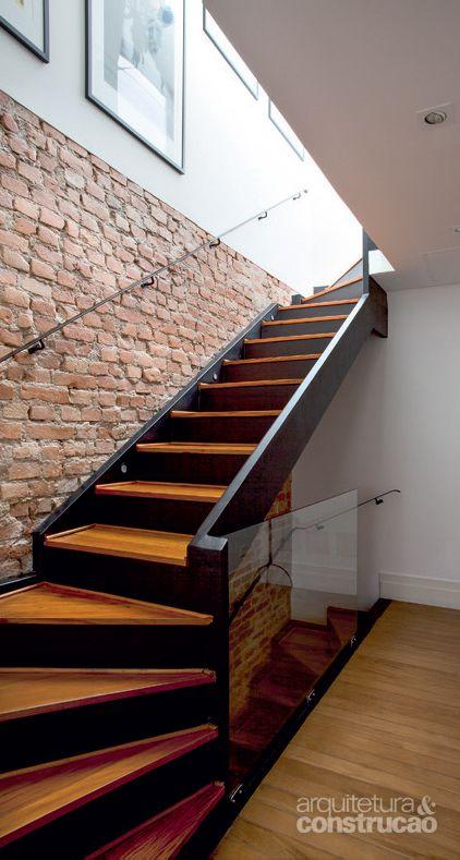 Cầu thang thiết kế lan can kính cường lực