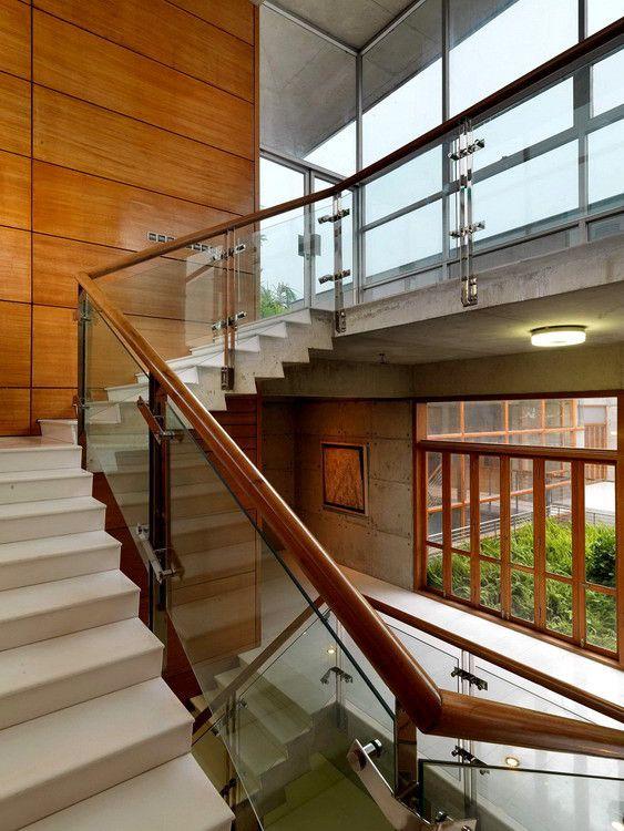 Cầu thang gỗ, lan can kính đẹp