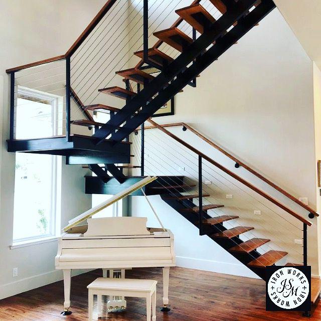 Cầu thang có thiết kế dưới gầm thông thoáng để sinh hoạt