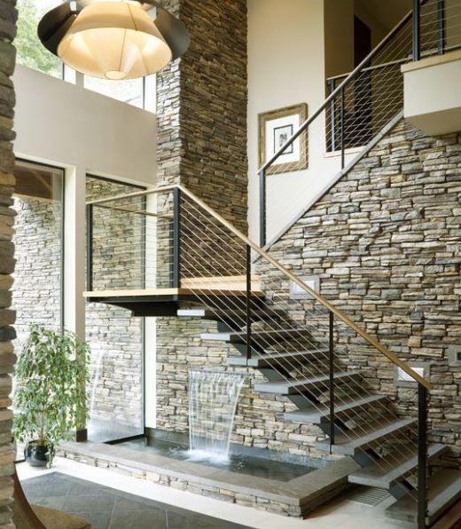 Mẫu cầu thang đẹp kết hợp bức tường ốp đá