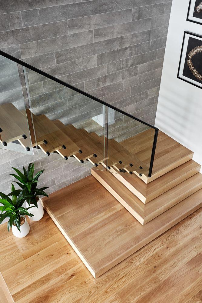 Cầu thang có thiết kế các bậc dưới cùng thông thoáng, bắt mắt