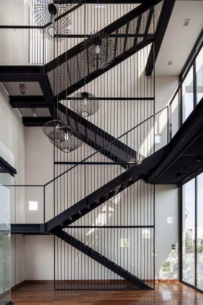 Cầu thang thép lưới an toàn hiện đại