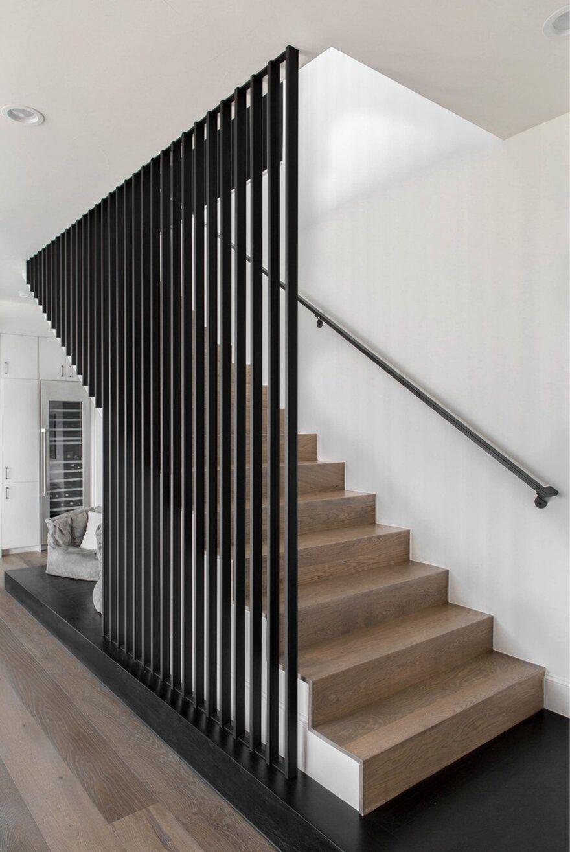 Mẫu cầu thang có lưới an toàn bằng thép hộp kẽm sơn tĩnh điện