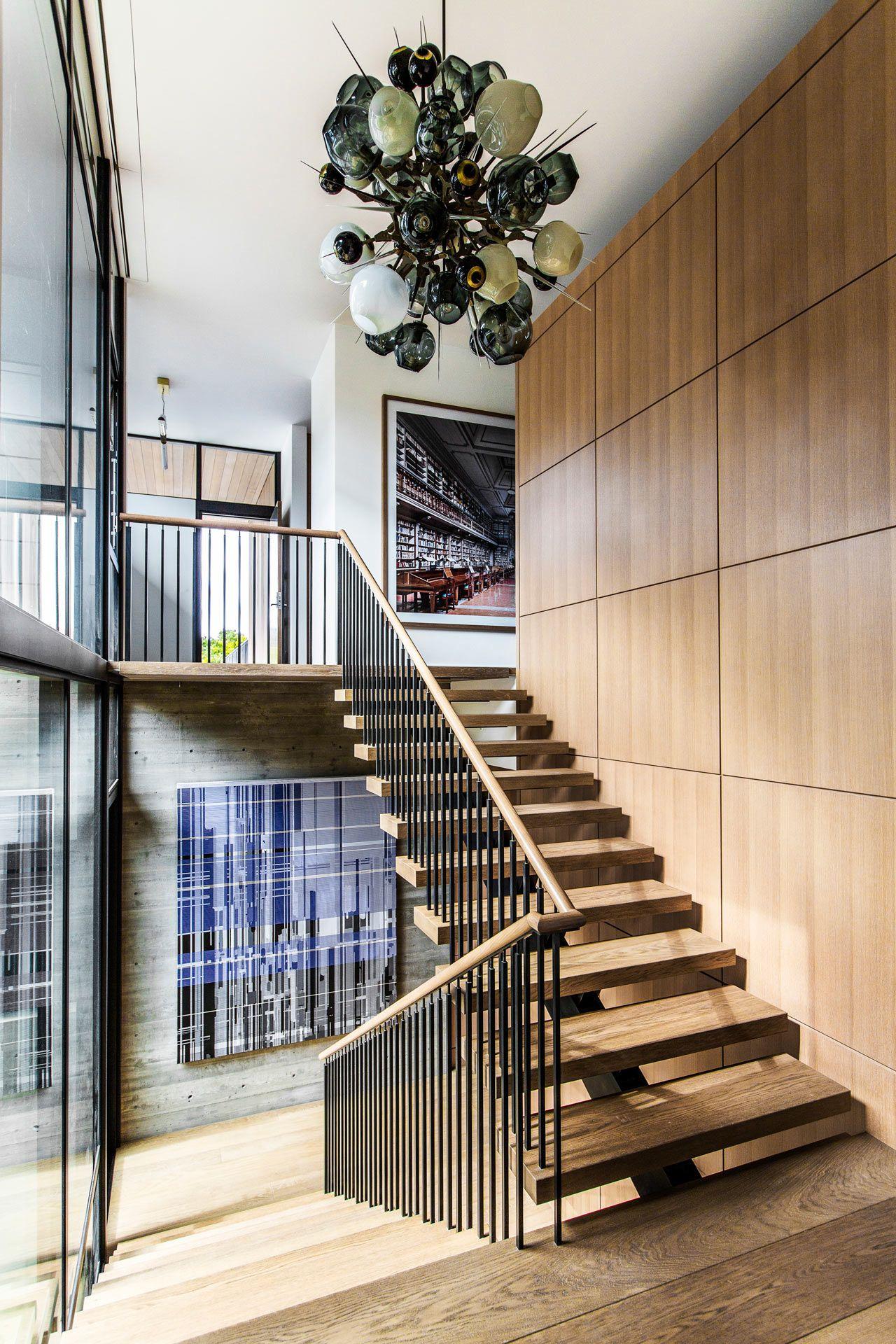 Cầu thang mặt gỗ, tay vịn gỗ, lan can thép sơn tĩnh điện