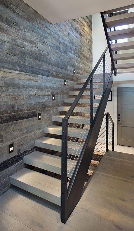 Cầu thang có thiết kế bậc thoáng, và lan can thép
