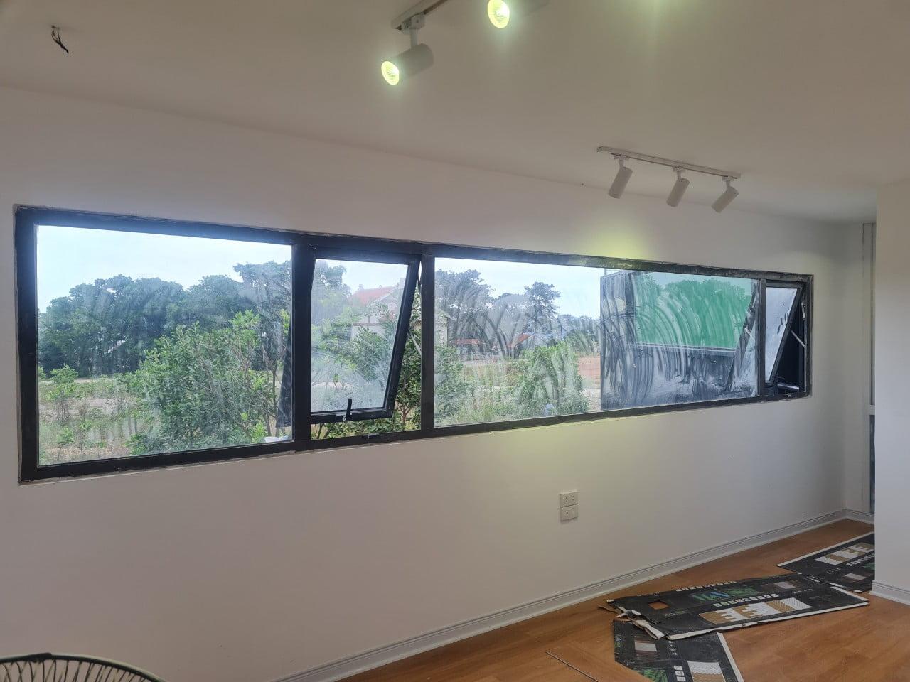 Ô cửa sổ to chủ nhà muốn làm 5 bộ rèm cầu vồng