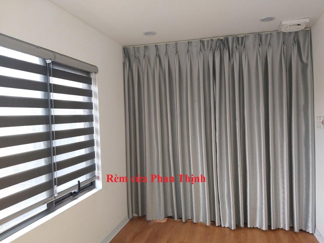 Hình ảnh hoàn thiện của bộ rèm vải cho cửa chính của phòng