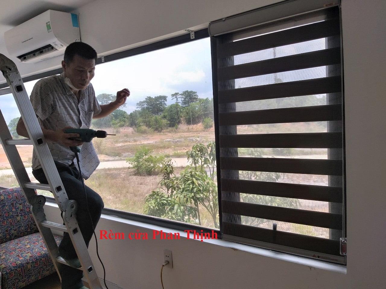 Những bộ rèm được lắp trực tiếp lên những khung cửa sổ rất chắc chắn