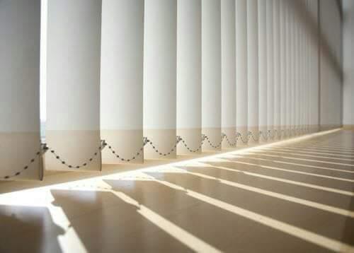Hình ảnh các lá rèm được nối với nhau bởi chuỗi dây nhựa