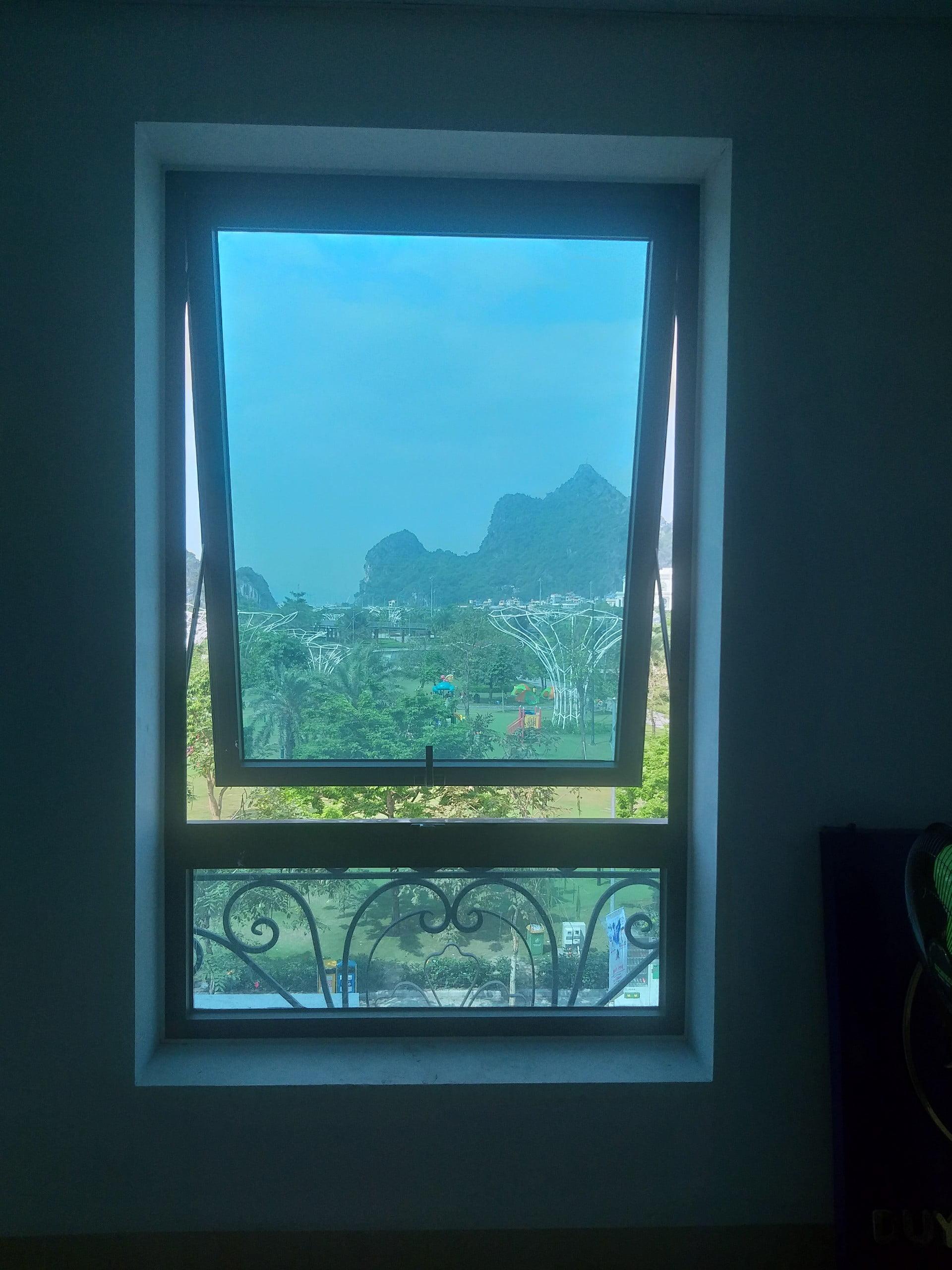 Cửa sổ khi chưa lắp rèm lá dọc
