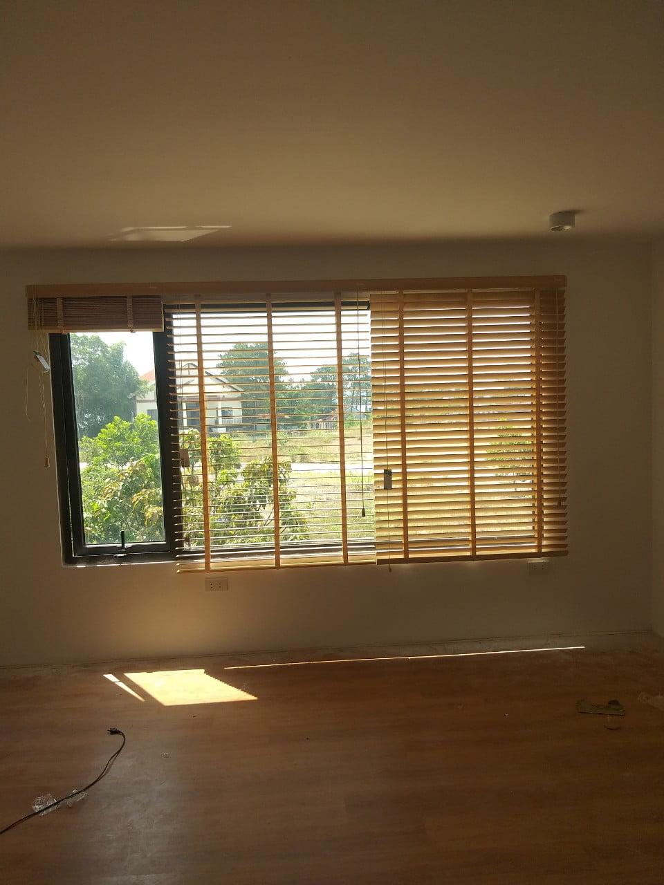 Hình ảnh rèm sáo gỗ ở 3 mức độ khác nhau là che sáng, lấy ánh sáng và rèm được kéo lên toàn bộ