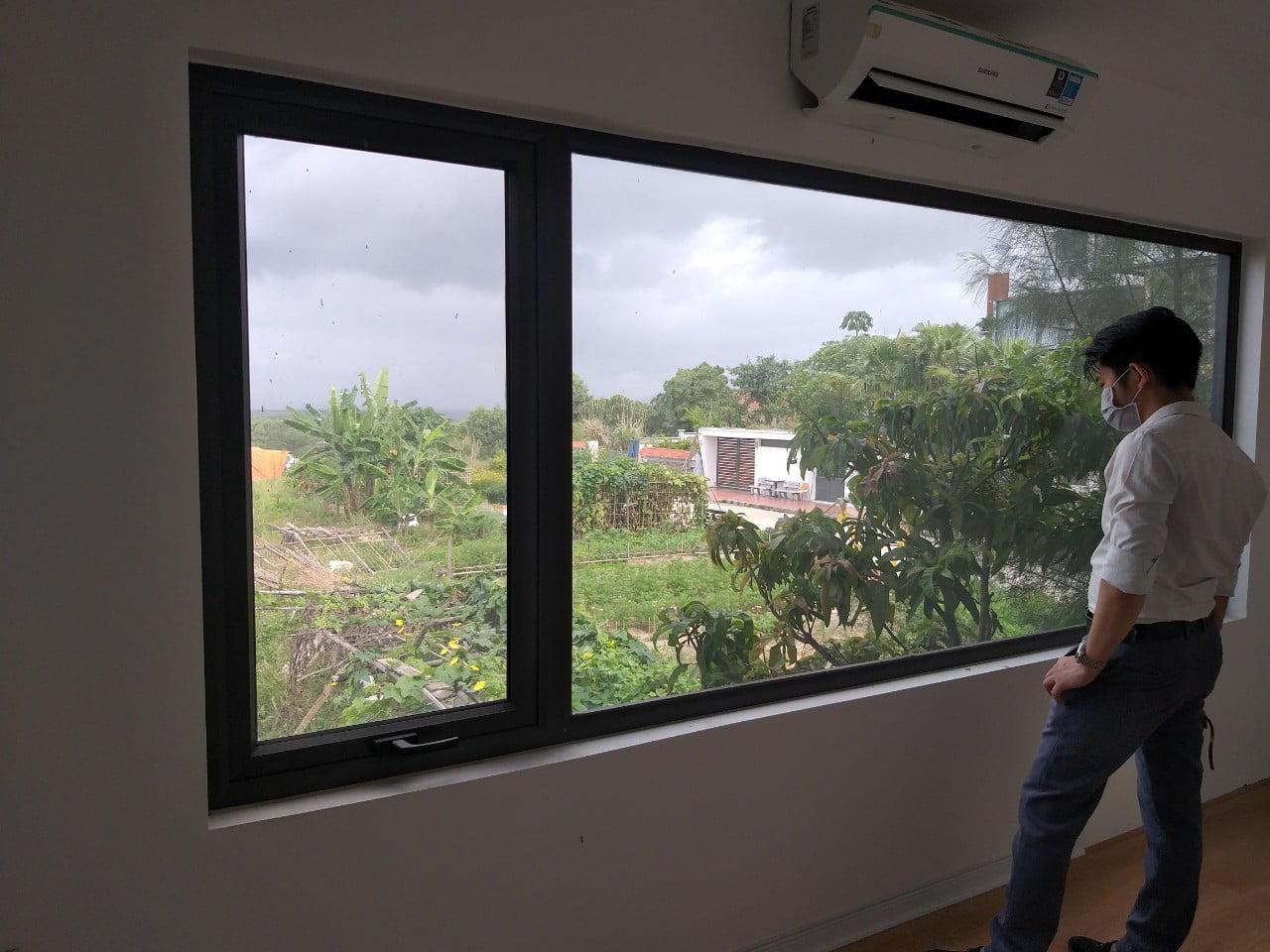 Cửa sổ trước khi lắp rèm sáo gỗ